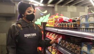 Les drag queens reprennent du service dans les rayons du Downtown Market, à Lima.